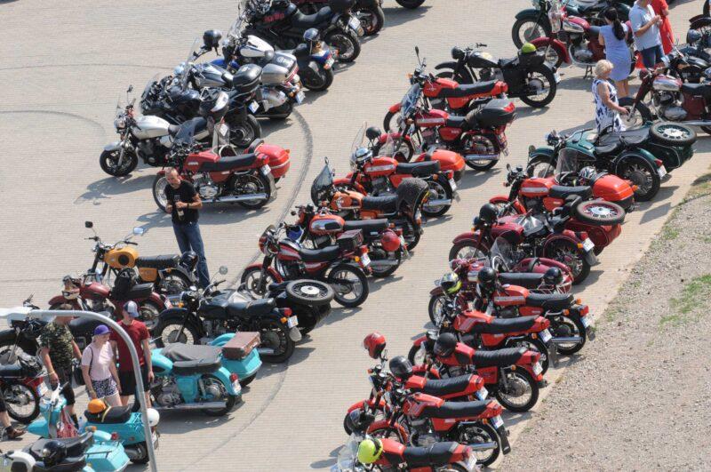 Senų motociklų mylėtojai skriejo Biržų keliais
